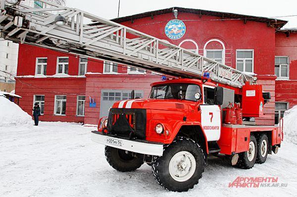 В машинах включают сирены и пожарные со скоростью уносятся спасать людей.