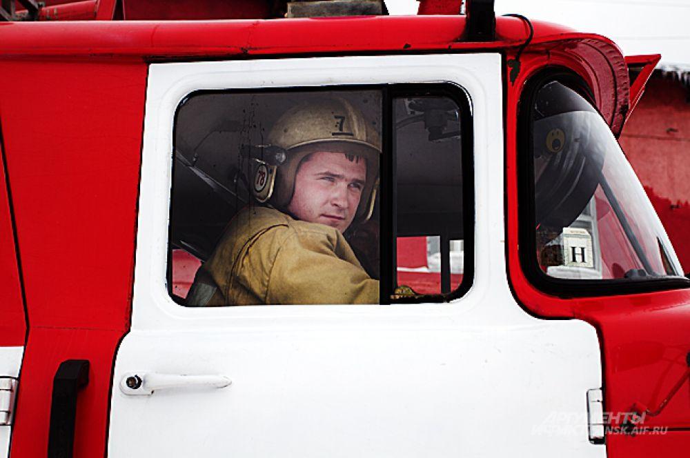 Лица у всех сосредоточенные, потому что неизвестно, что их ждёт на пожаре и какие подвиги придётся совершить.