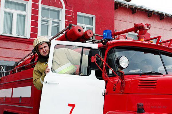 Пожарные собираются за считанные секунды и готовы к выезду.
