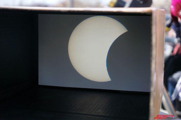 Рядом находилась камера-обскура, где в «прямом эфире» транслировалось затемнение солнечного диска.