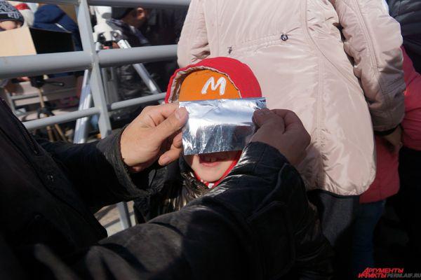 Всем желающим выдавались специальные бумажки, сделанные из фольги, через которые можно было безопасно смотреть на Солнце.