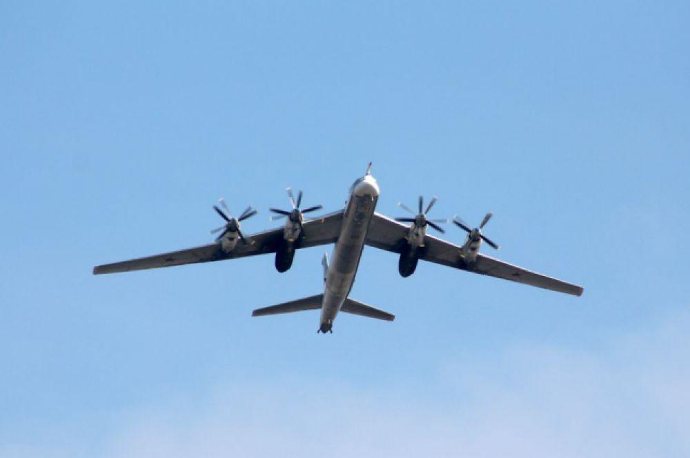 В показательных выступлениях также участвовали штурмовики Су-25 «Грачи», истребители-бомбардировщики Су-34...