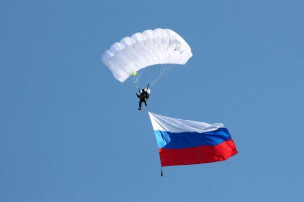 Парашютисты выступали с флагами России,...