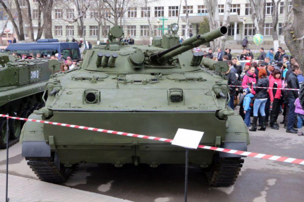 Была развёрнута выставка военной техники, высотного снаряжения, авиационных спасательных средств, военной формы.