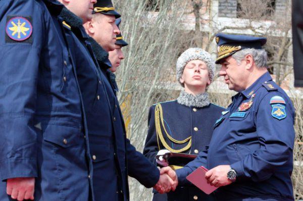 С будущими контрактниками, гостями мероприятия общались губернатор Василий Голубев и главнокомандующий Военно-воздушными силами России Виктор Бондарев.