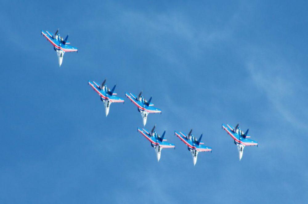 «Русские витязи» показали фигуры группового высшего пилотажа.