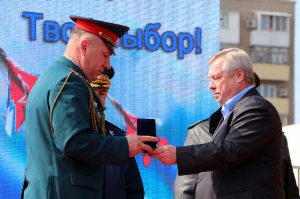 Они вручили награды военнослужащим Южного военного округа.