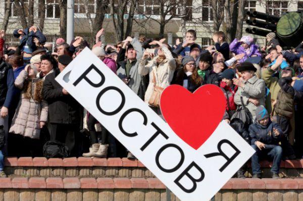 Ростовчане с восторгом и гордостью наблюдали за выступлением лётчиков.