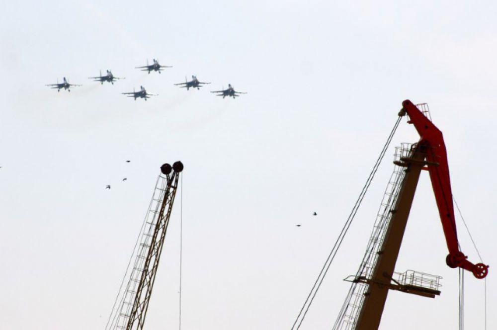 Боевые машины пролетали прямо над рекой Дон, набережной и портом.