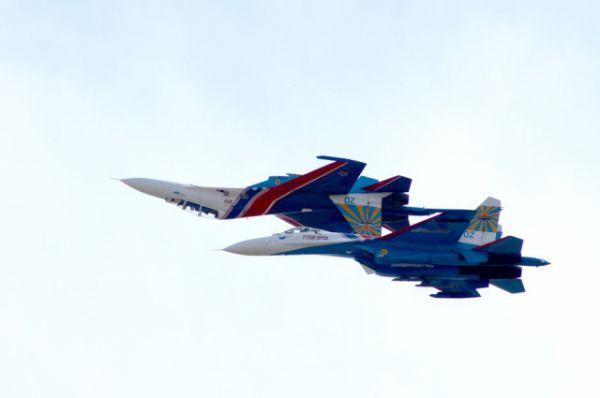 Исполнялись фигуры высшего пилотажа на истребителях Су-27.