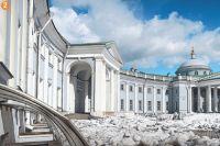 Знаменитая полуротонда Кваренги украшает шереметевский странноприимный дом.
