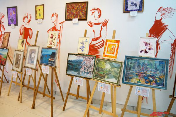 На распродаже можно было приобрести картины пермских художников.