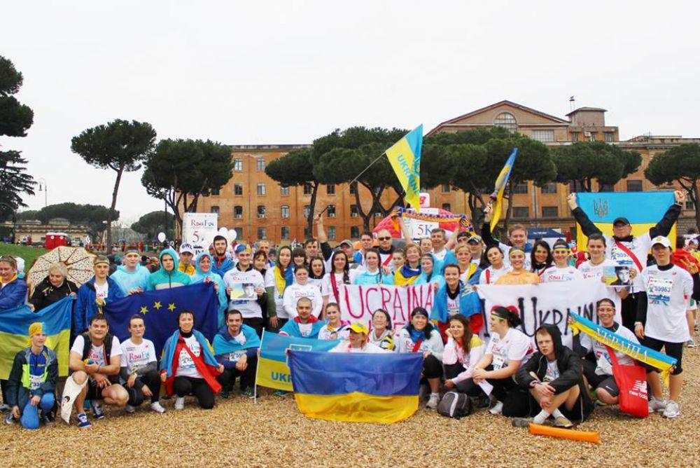 Украинцы пробежали Римский марафон под патриотическими лозунгами