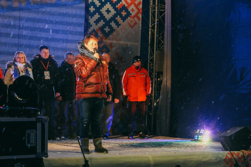 На церемонию приехала президент Федерации лыжных гонок России Елена Вяльбе.