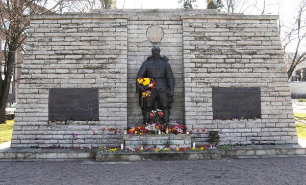 В 2007 году в Эстонии правительство приняло решение демонтировать памятник воину-освободителю – Бронзового солдата, стоявшего на одной из таллиннских площадей. Через три дня после демонтажа памятник был перенесен и установлен на Таллинском военном кладбище.