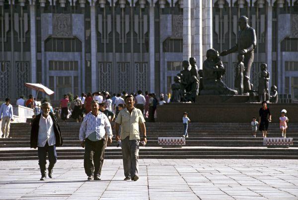 Монумент дружбы народов в Ташкенте – памятник семье Шамахмудовых, которые во время Великой Отечественной войны усыновили 15 детей-сирот. Он был снесен в 2008 году по решению правительства.