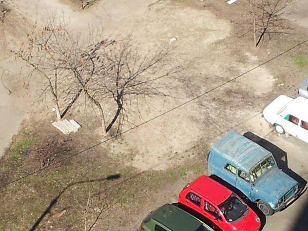 Маяковского 89, во дворе УАЗ уже больше 10 лет стоит