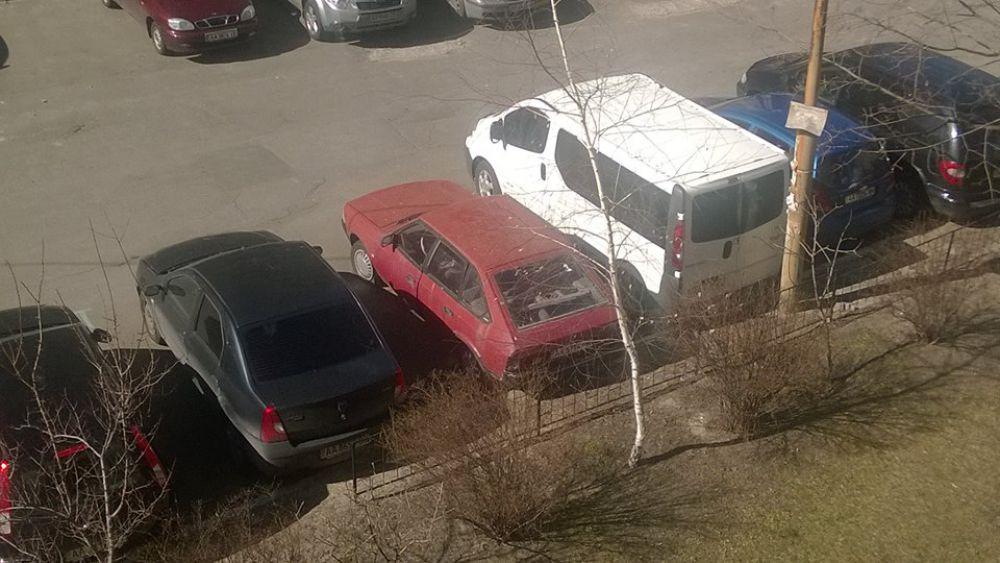 Во дворе ул. Княжий затон 5, красный автомобиль АЗЛК