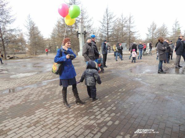 Челябинцы пришли на митинг с детьми.