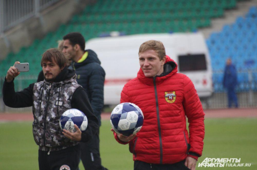 Они подарили зрителям футбольные мячи с автографами.