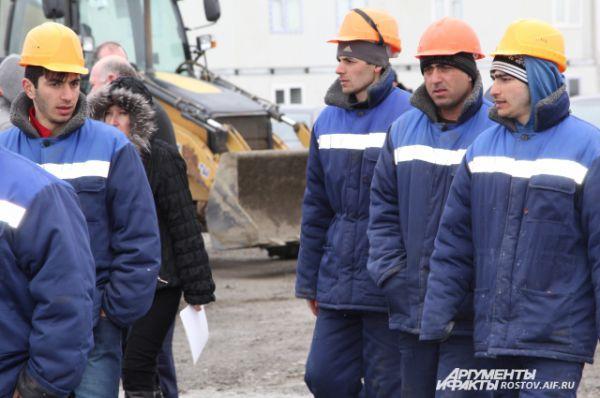 Представитель строительной фирмы пояснил преимущества турецких граждан: у них опыт работы на подобных объектах Сочи-2014, лучше владеют новыми технологиями, в отличие от российских строителей.