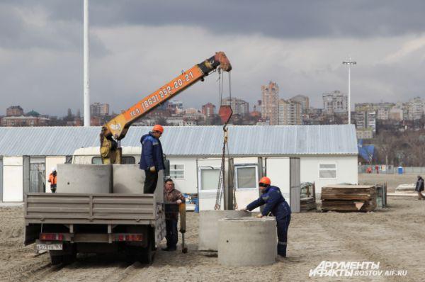 На стройплощадку поступают всё новые комплектующие и материалы.