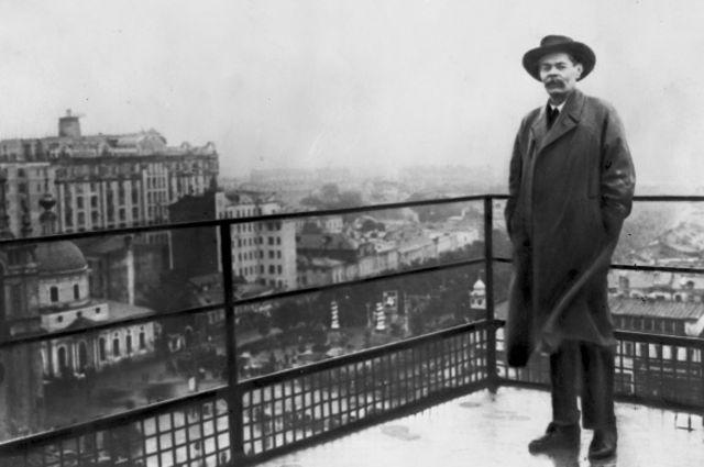 Максим Горький накрыше здания редакции газеты «Известия».