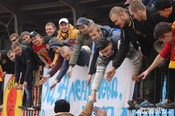 Банеры говорили о поддержке клуба и тренерского решения.