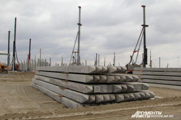 Для ускорения процесса прямо на стройплощадке развернут завод по производству бетона из которых изготавливают сваи.