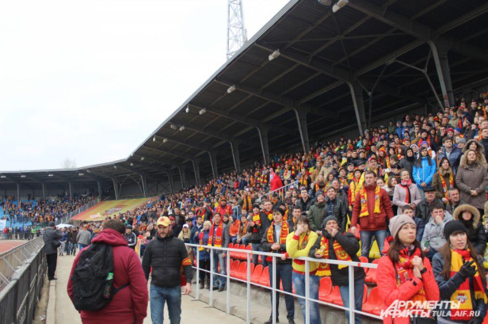 Болельщиков собралось на Центральном стадионе Тулы видимо-невидимо.