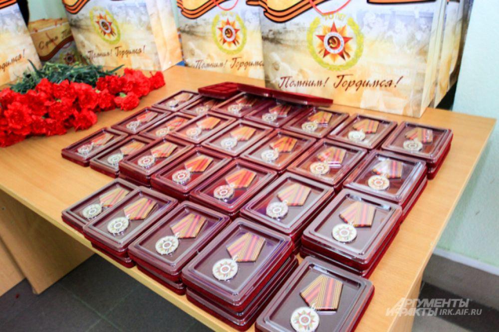 Юбилейные медали в специальной упаковке.