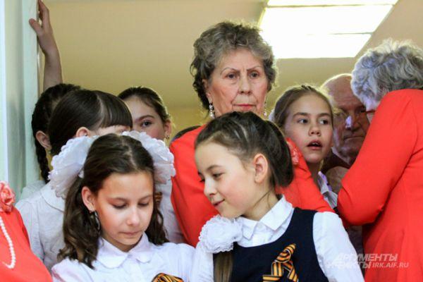 Выступили перед старшим поколением детские ансамбли и хор ветеранов.