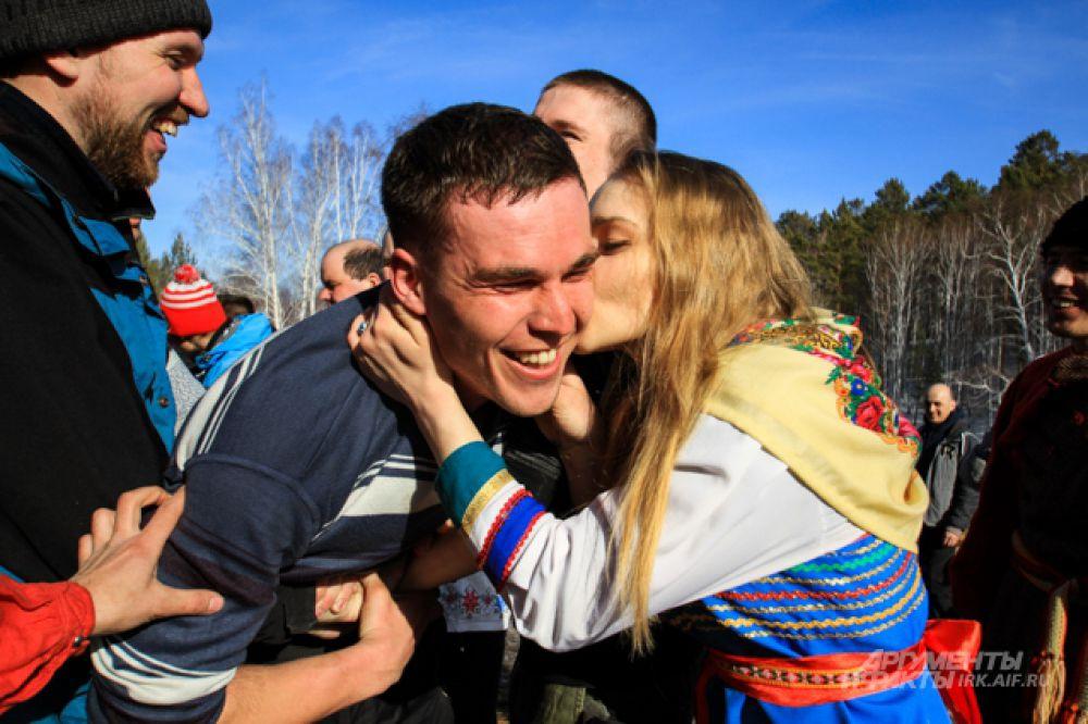 Традиционная игра - добраться до девушки и получить поцелуй.