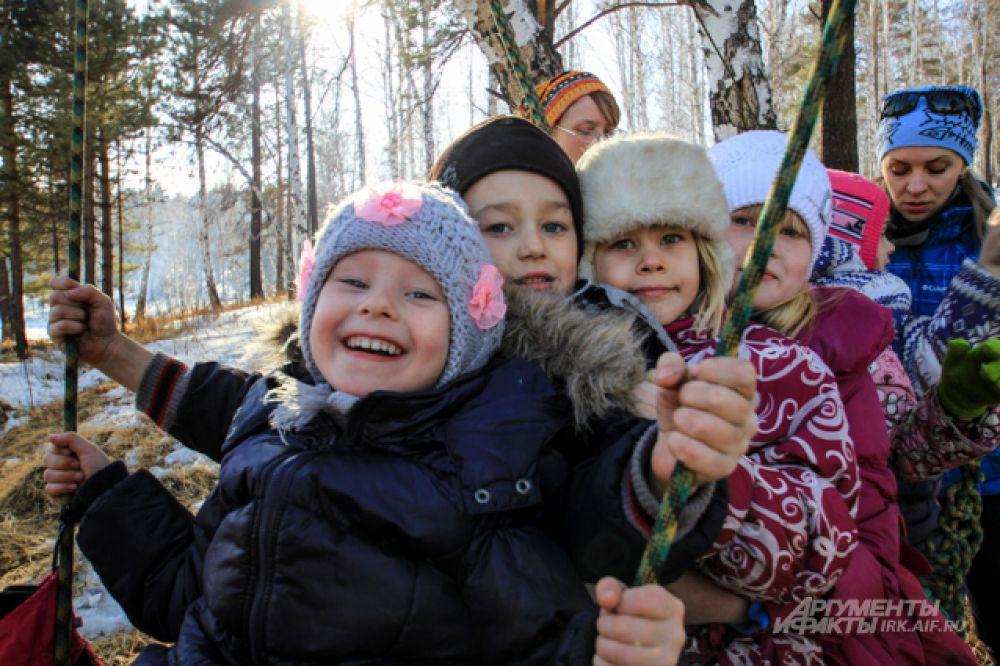 Малыши смогли покачаться на больших русских качелях.