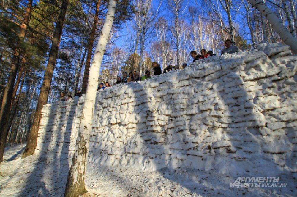 Снежная крепость в этом году получилась внушительной.