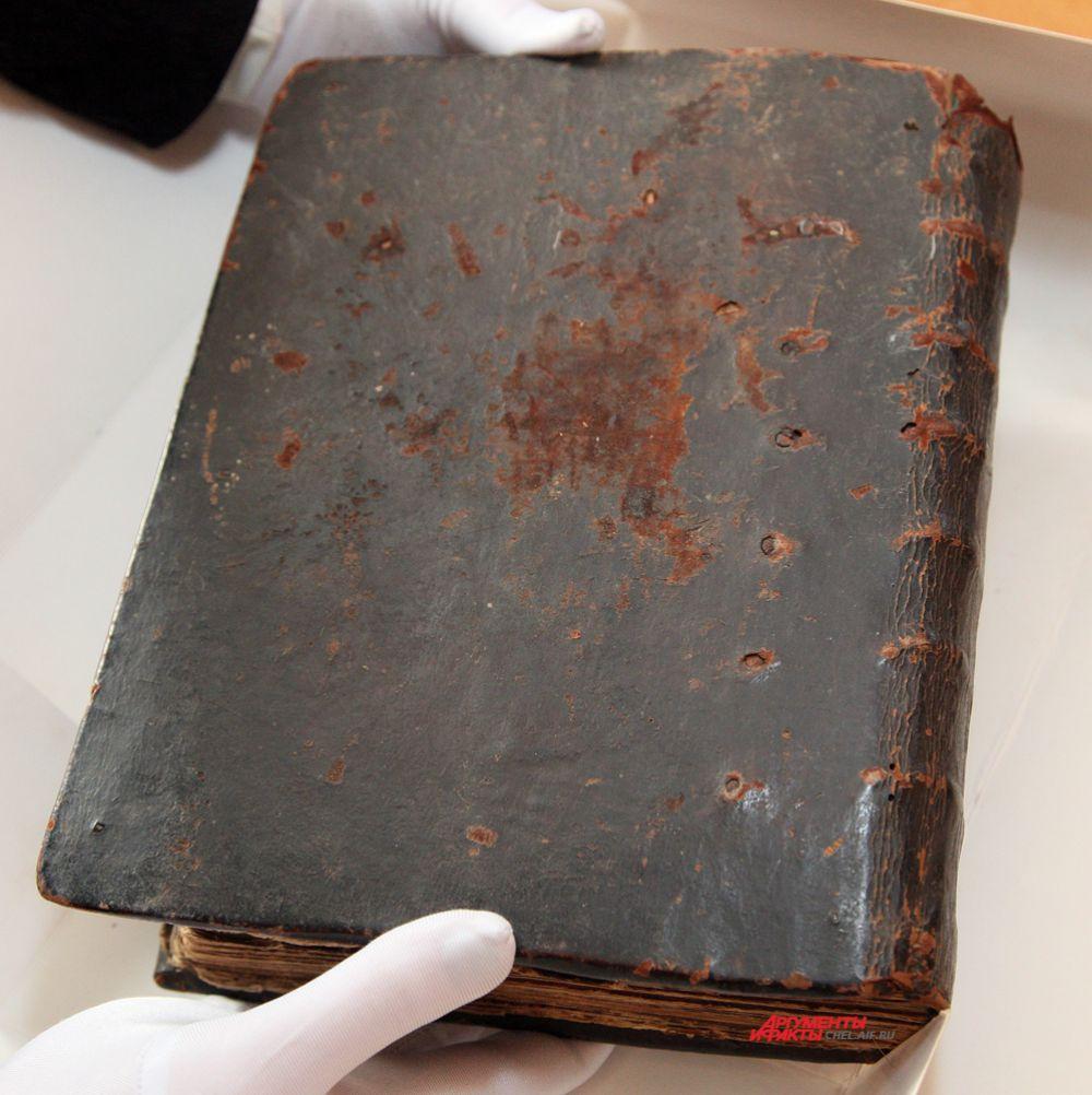 Нижняя крышка переплета рукописной книги «Ирмологий крюковой». Начало XX в.