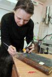 Специалист РЦКБФ Порядина Т.А. реставрирует переплет с помощью парового карандаша.