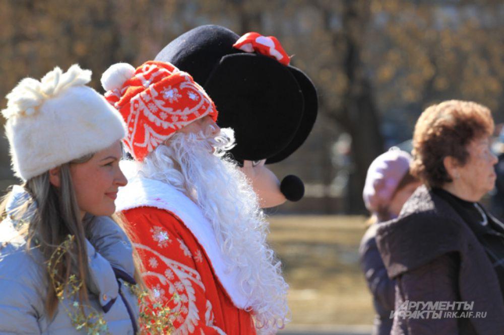 Не обошлось и без деда Мороза со Снегурочкой. Они мужественно перенесли жаркую погоду.