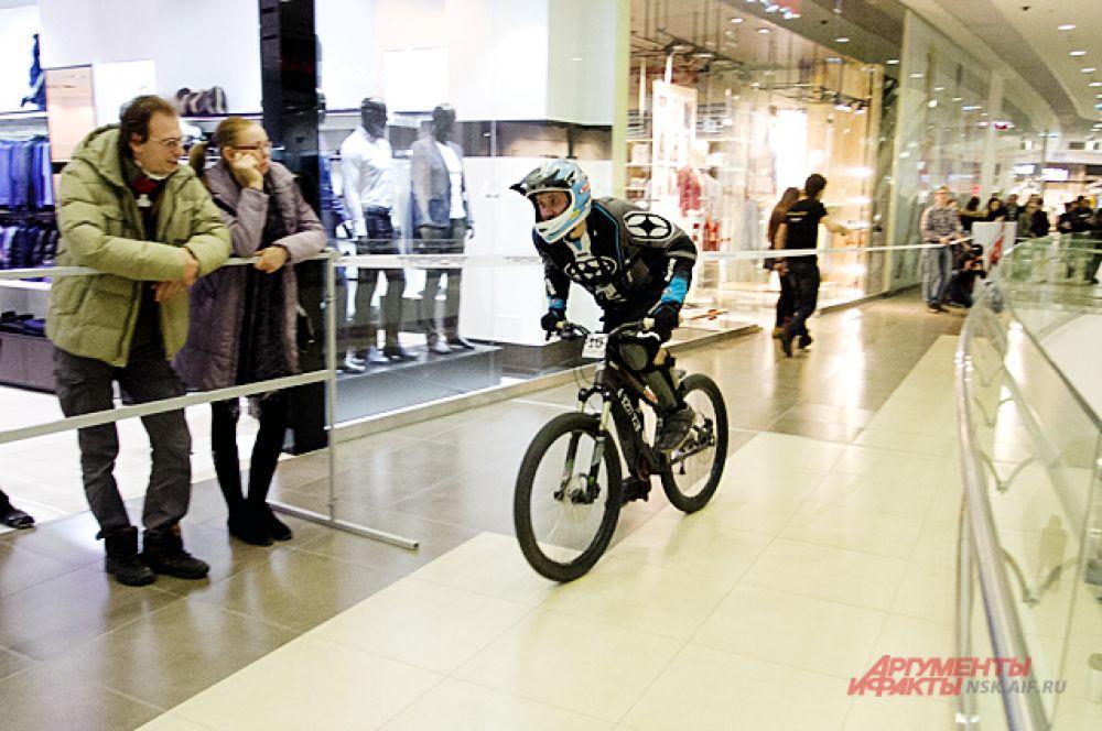 И, наконец, велосипедисты демонстрировали мастерство прохождения крутых поворотов.