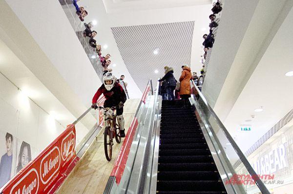 Трасса проходила по трём этажам торгового центра.