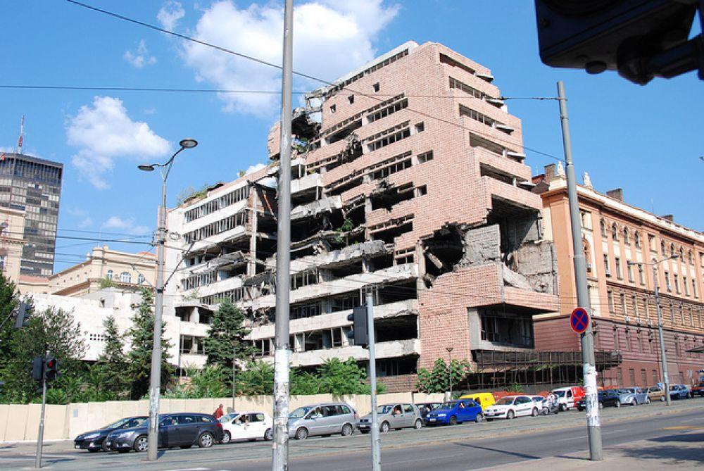 24 марта 1999 года считается датой начала бомбардировки Югославии войсками НАТО: югославские города и военные объекты были подвергнуты массированным бомбардировкам. Первым из них был Белград.