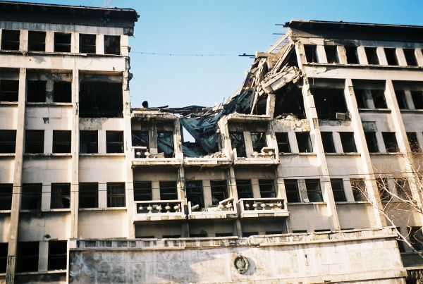 Военная операция НАТО «Союзная сила» проходила без мандата ООн, поэтому многие критикуют ее и считают незаконной военной агрессией.