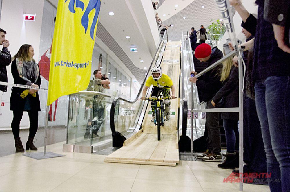 Участники, как и обычные посетители ТРЦ, перемещались по этажам на эскалаторе...