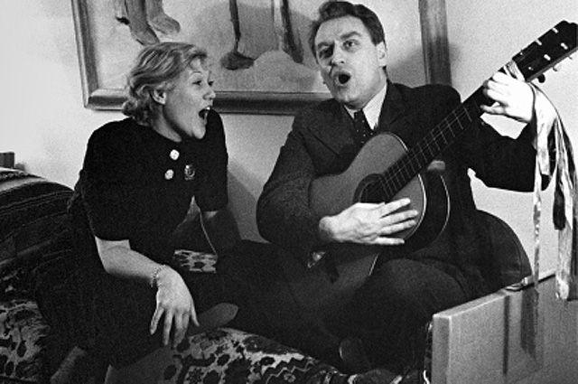 Любовь Орлова и ее муж кинорежиссер Григорий Александров поют песни под гитару у себя дома, 1937 год.