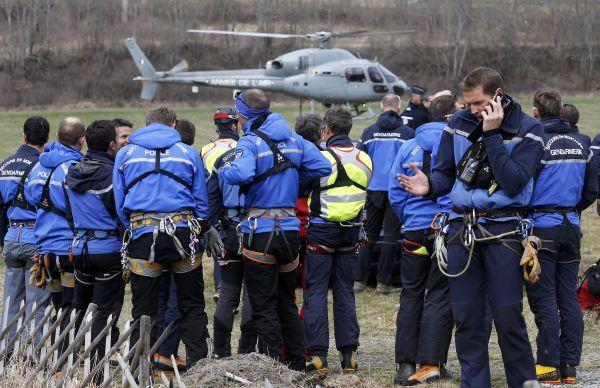 На данный момент из-за снега спасатели не могут попасть на место крушения самолета.