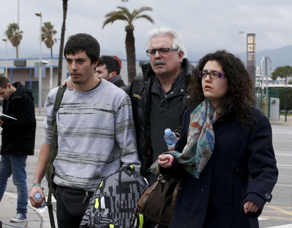 Родственники погибших прибыли в аэропорт Барселоны.