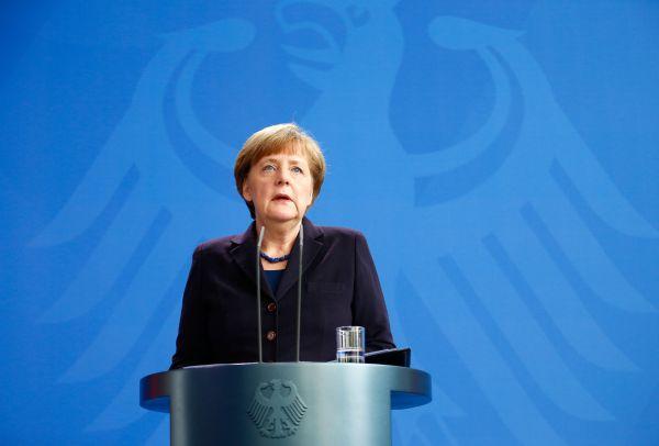 Ангела Меркель, отменив запланированные дела, сразу связалась с премьер-министром Испании Мариано Рахоем и президентом Франции Франсуа Олландом, чтобы обсудить произошедшее в Альпах. Канцлер Германии также заявила, что намерена поехать на место крушения лайнера, чтобы представить картину авиакатастрофы.