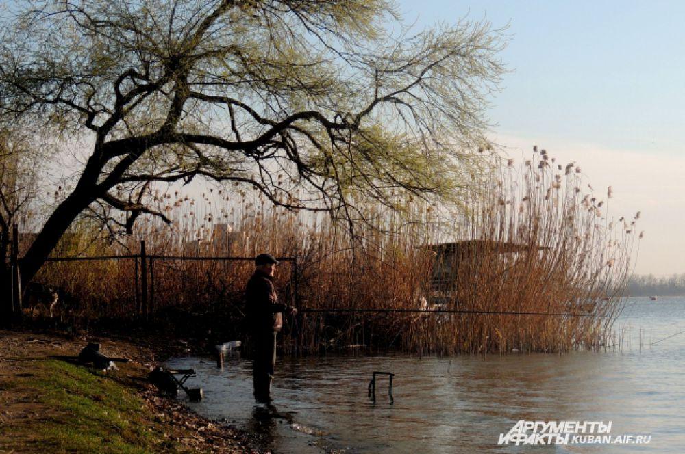 Рыбаки, как только потеплело, отправились на рыбалку.
