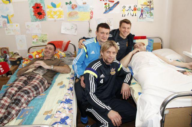 Футболисты навестили раненых бойцов АТО
