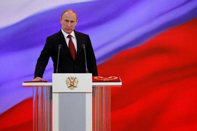 Избранный президент РФ Владимир Путин произносит текст присяги во время церемонии инаугурации, 2012 год.